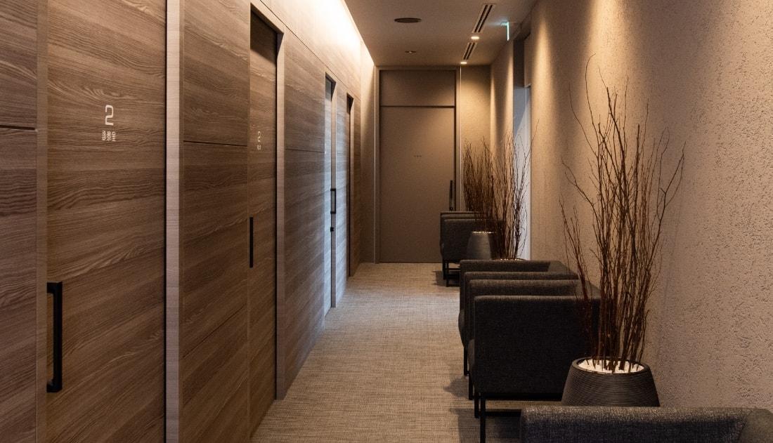 写真:落ち着いた雰囲気の中待合室