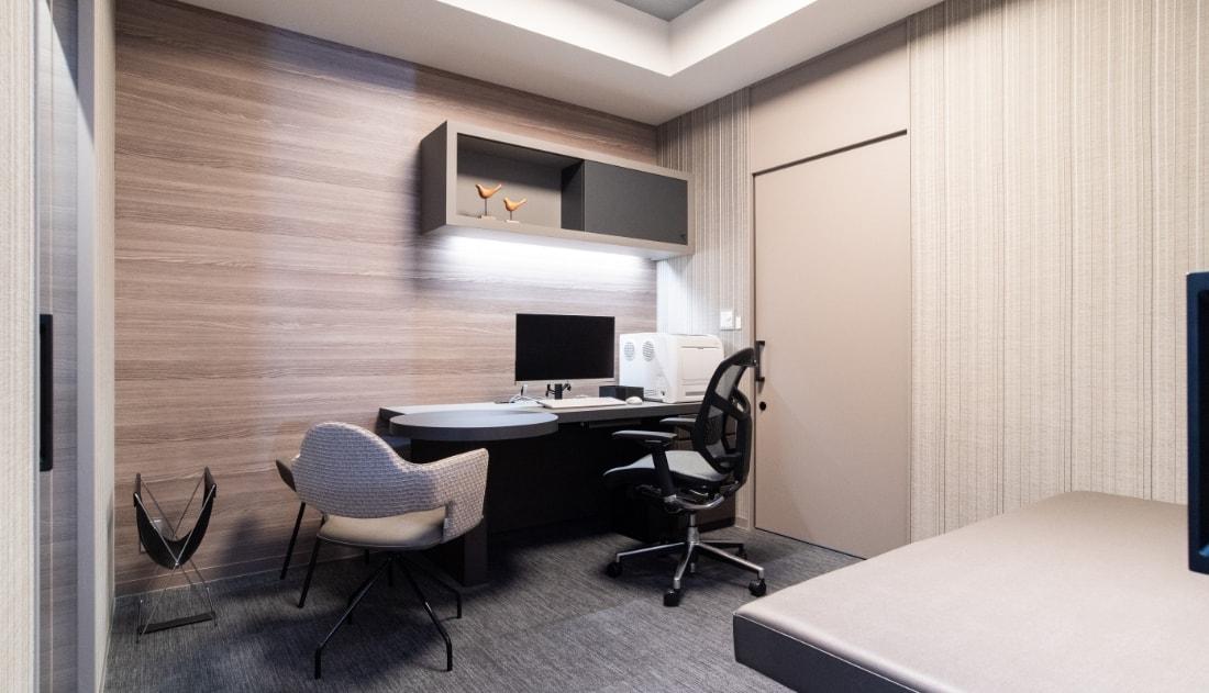 写真:清潔感と落ち着いた雰囲気が両立した診察室