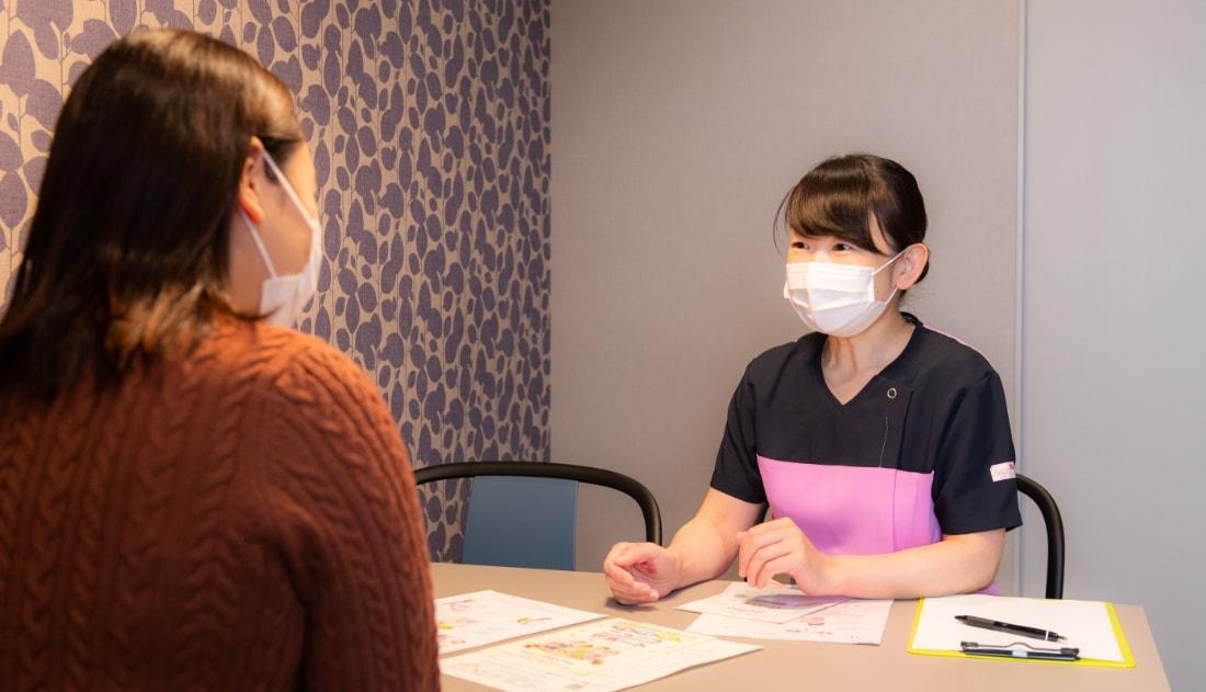 写真:カウンセリングルームで看護師による説明を受けている様子
