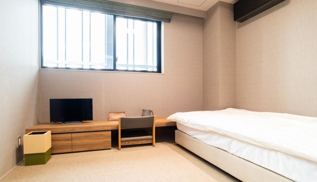 写真:和モダンな雰囲気と調度品の揃った病室
