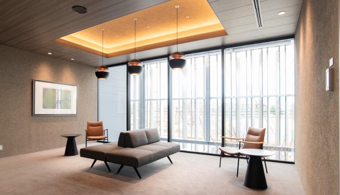 写真:ゆったり座れる椅子やソファのある明るいラウンジ