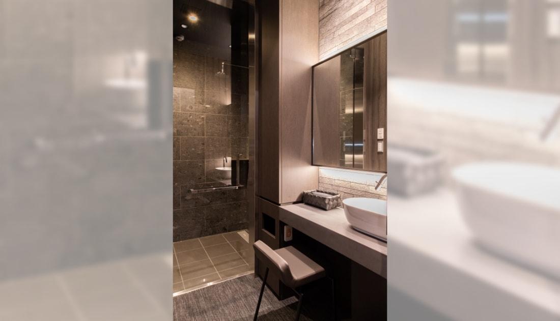写真:大きな鏡や洗面台、手すりを完備したシャワールーム