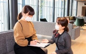 写真:受付スタッフの案内で問診表を記入している様子