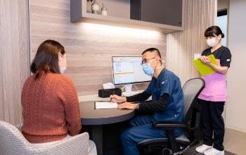 写真:診察室で鈴木院長や看護師が説明をしている様子